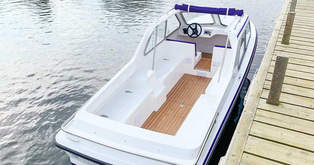 a new day boat hire boat at Broom